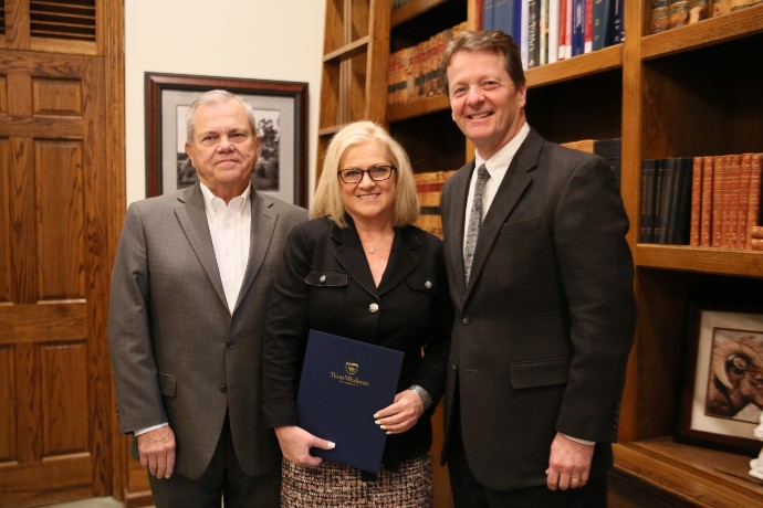 Photo of Debra Hall Mosley giving gift to Texas Wesleyan to announce new endowed scholarship.