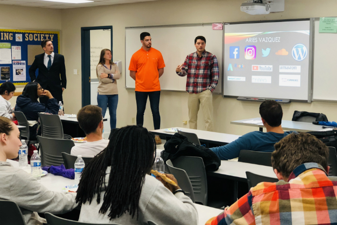 Student interns share their experience during the Fall 2018 joint Accounting Society and Finance Club meeting.